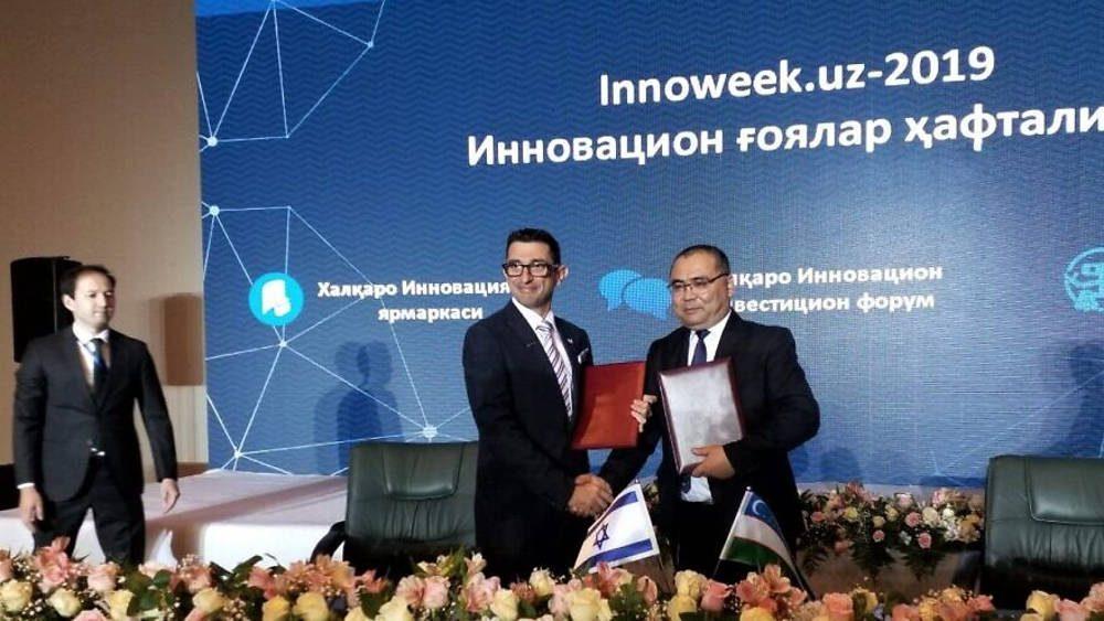 El vicepresidente de marketing y ventas de Watergen, Michael Rutman (izquierda) y el ministro de Innovación de Uzbekistán, Ibrohim Abdurakhmonov, firmaron un memorando de entendimiento para mejorar la disponibilidad de agua potable mediante la tecnología de la compañía, octubre de 2019. Crédito: Watergen.