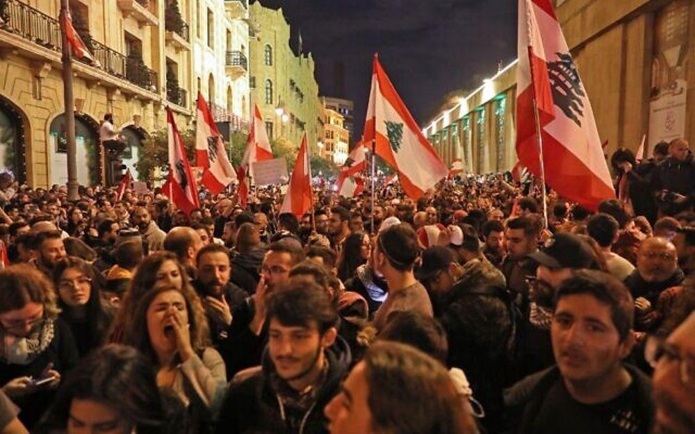 Manifestantes libaneses en la capital Beirut el 15 de diciembre de 2019. (ANWAR AMRO / AFP)
