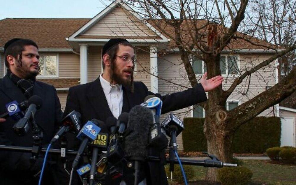 Joseph Gluck (R) habla con la prensa mientras describe el ataque con machete que tuvo lugar antes afuera de la casa de un rabino durante el festival judío de Hanukkah en Monsey, Nueva York, el 29 de diciembre de 2019. (Foto de Kena Betancur / AFP)