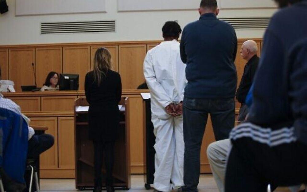 El sospechoso en un apuñalamiento de Hanukkah en Monsey, Grafton Thomas, de 37 años, de Greenwood Lake, es visto dentro de una habitación en el Ayuntamiento de Ramapo en Airmont, Nueva York después de ser arrestado el 29 de diciembre de 2019. (Kena Betancur / AFP)