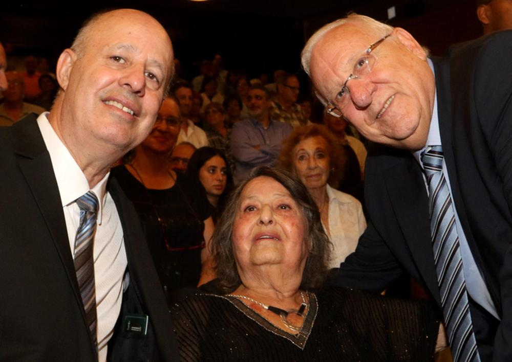 Geula Cohen con su hijo, Tzachi Hanegbi, y el presidente Reuven Rivlin, en su 90 cumpleaños. ( Foto: Menachem Begin Heritage Center )