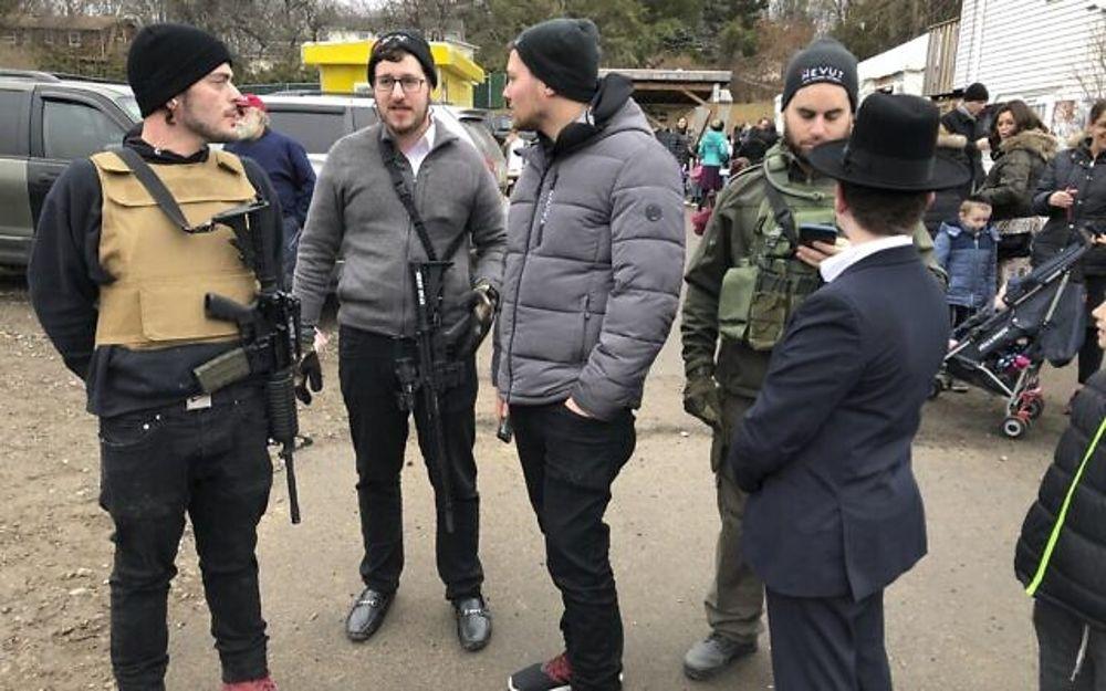 Miembros armados de la comunidad judía hacen guardia en una celebración, el domingo 29 de diciembre de 2019, en Monsey, Nueva York. Un día antes, un hombre que empuñaba un cuchillo irrumpió en la casa de un rabino y apuñaló a cinco personas mientras celebraban Hanukkah en el pueblo judío ortodoxo. comunidad. (Foto AP / Ted Shaffrey)