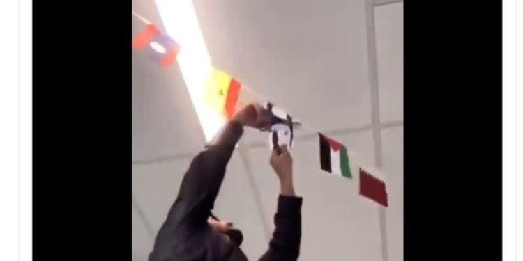 Estudiante de la Universidad de Ohio tira la bandera israelí a la basura