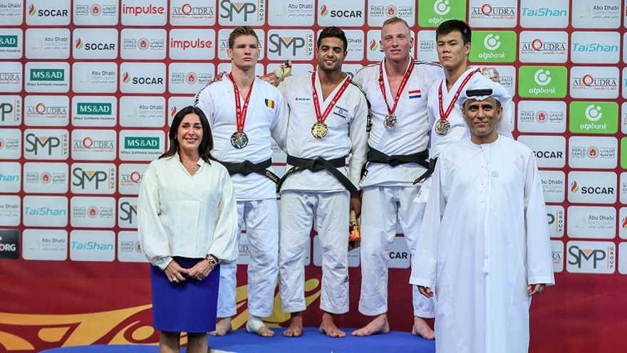 La ganadora de la medalla de oro Sagi Muki, centro, y la ministra de deportes Miri Regev, abajo a la izquierda, en el podio en el Grand Slam de Abu Dhabi 2018