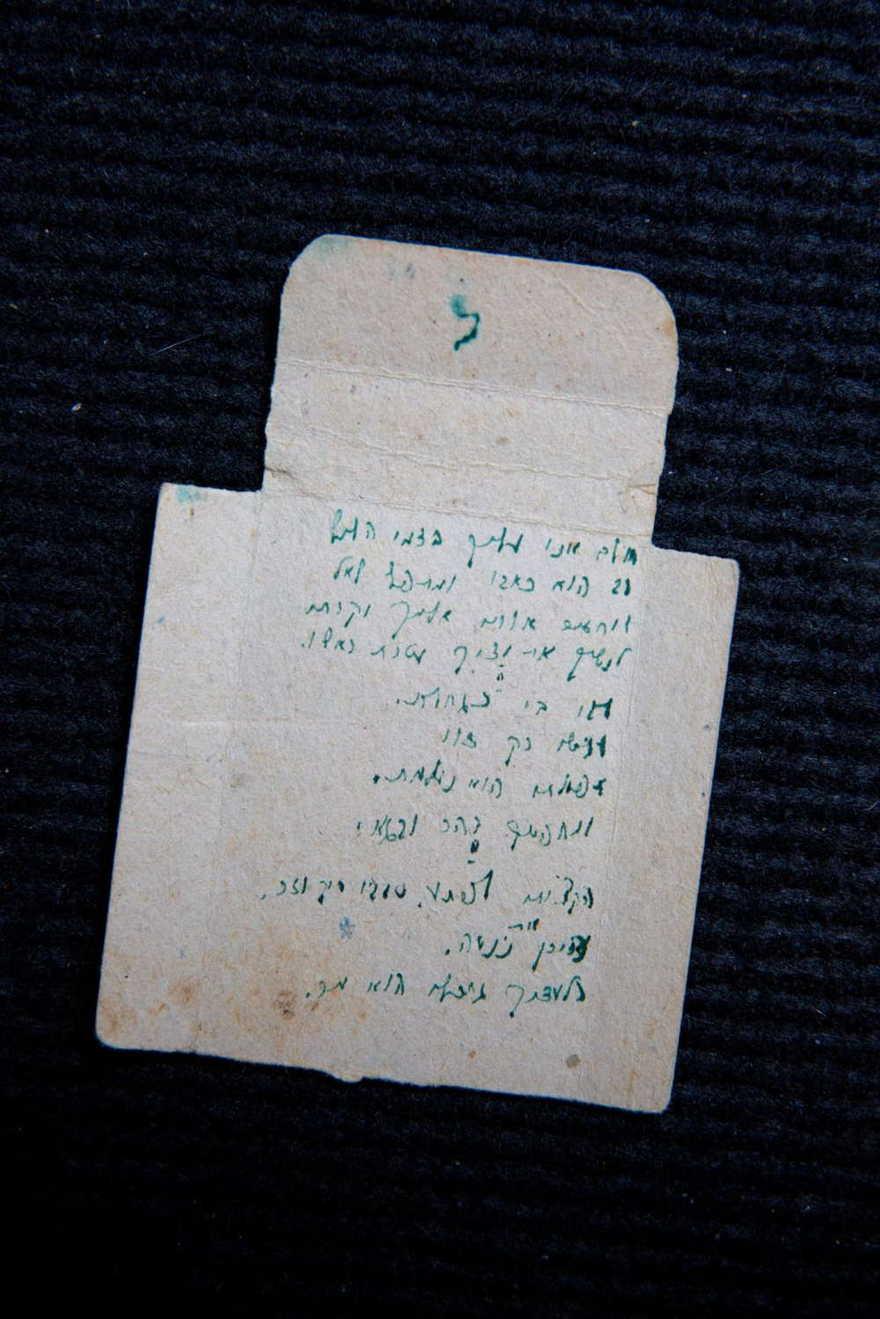Escondiéndose de los nazis en el bosque, escribió un secreto familiar en una caja de cerillas