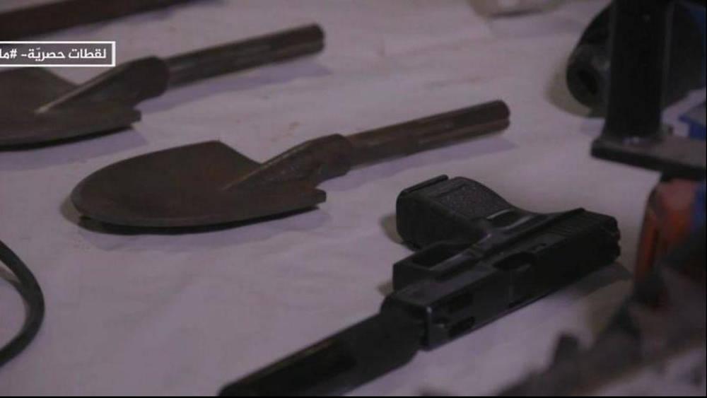 Una imagen fija tomada del informe de Al-Jazeera pretende mostrar las herramientas y armas de las FDI incautadas por Hamas en Gaza ( Foto: captura de pantalla )