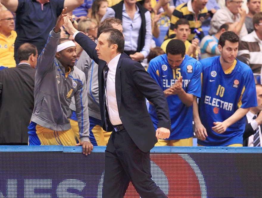 El entrenador David Blatt felicita a sus jugadores durante una victoria por 101-99 en tiempo extra contra el EA7 Emporio Armani Milan en el torneo de la Euroliga 2013-2014