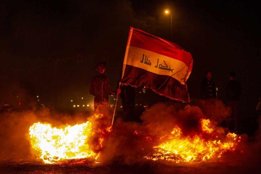 Manifestantes de Irak incendian edificios del gobierno y cierran carreteras en Bagdad