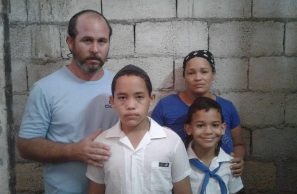 Niño cubano prohibido de usar kipá en escuela luego de violento acoso antisemita