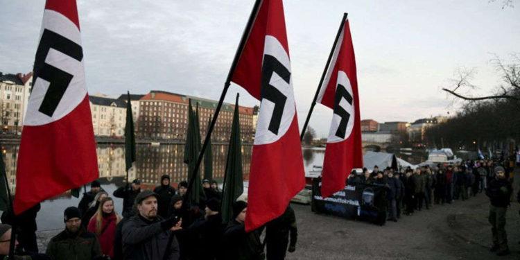 Neonazis niegan el Holocausto y queman bandera israelí en Finlandia
