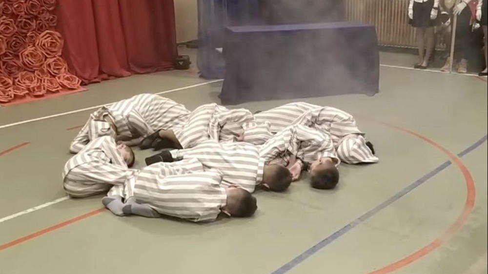 Los niños con uniformes de prisioneros son gaseados ( Foto: Tygodnik Zamojski )