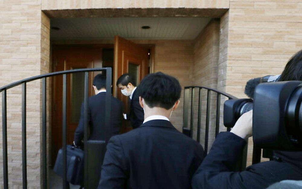 Los fiscales ingresan a la residencia del ex presidente de Nissan, Carlos Ghosn, durante una redada en Tokio, el 2 de enero de 2020. (Yuki Sato / Kyodo News vía AP)