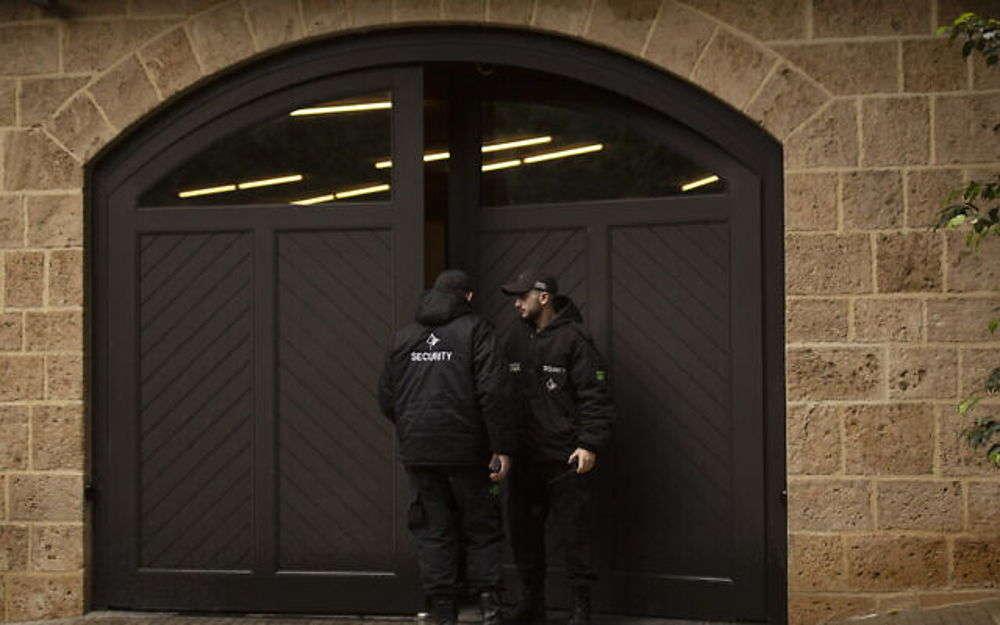 Guardias de seguridad privados se unen en la puerta del garaje de la casa del ex presidente de Nissan, Carlos Ghosn, en Beirut, Líbano, el 2 de enero de 2020. (Foto AP / Maya Alleruzzo)