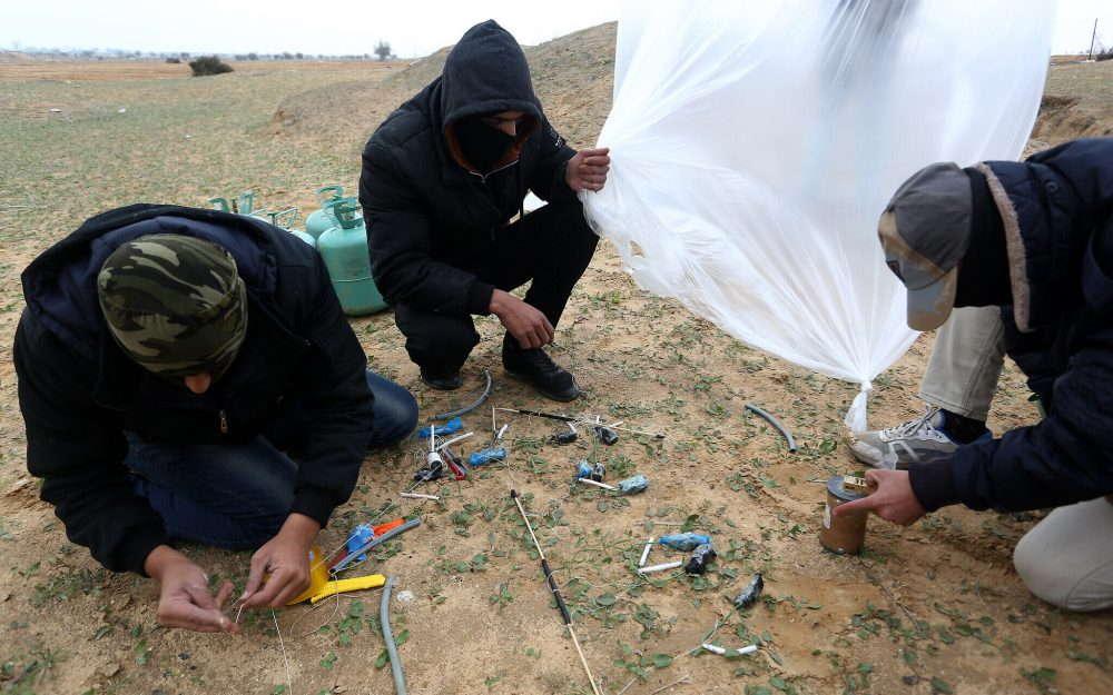 óvenes palestinos preparan objetos inflamables para lanzarlos hacia Israel, cerca de Rafah, en el sur de la Franja de Gaza, el 18 de enero de 2020. (Abed Rahim Khatib / Flash90)
