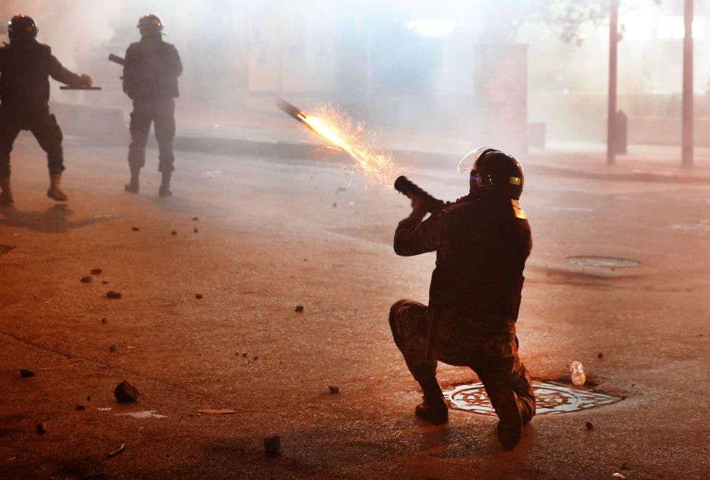 Fuerzas del Líbano arrestan a 59 manifestantes tras enfrentamientos en el banco central