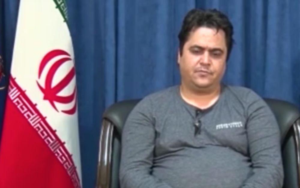 Captura de pantalla del video del activista iraní de oposición Ruhollah Zam después de su arresto por el Cuerpo de la Guardia Revolucionaria Islámica. (Youtube)