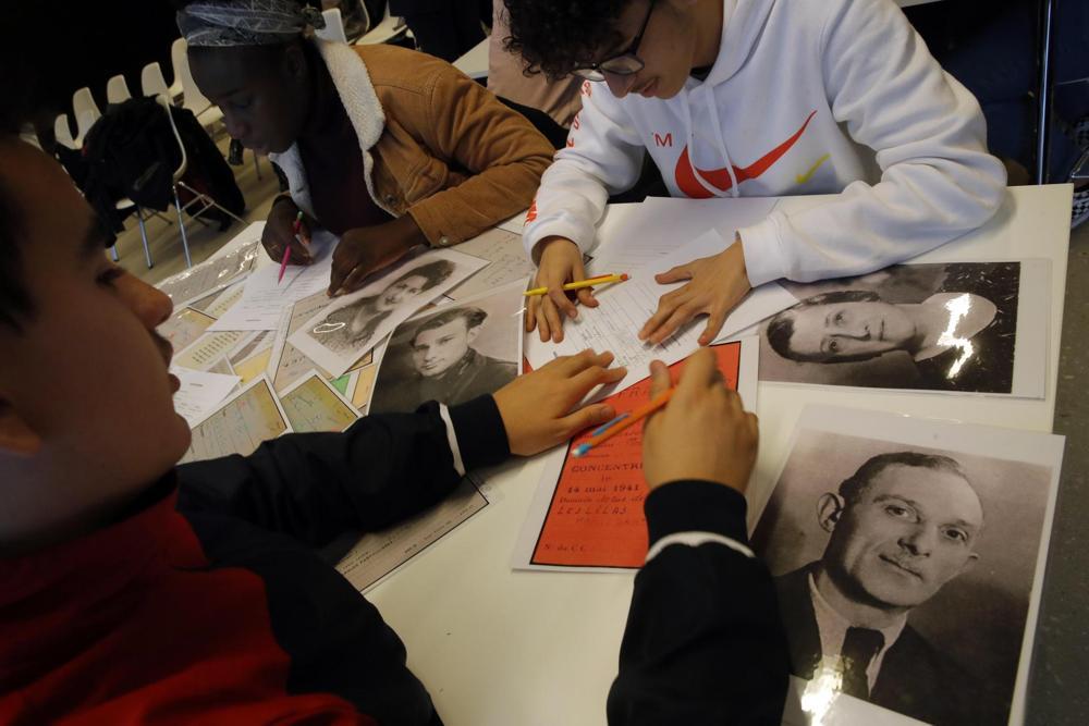 Los estudiantes miran los archivos de los deportados en un taller dedicado al recuerdo del Holocausto en el memorial Drancy Shoah, en las afueras de París, el 30 de enero de 2020. ( Foto: AP )