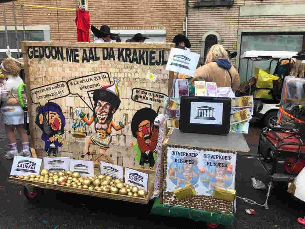Desfile antisemita de Bélgica presenta disfraces de judíos con cuerpos de insectos
