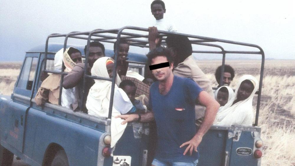 Uno de los agentes se encuentra al lado del vehículo lleno de judíos etíopes que se introducen de contrabando desde Sudán ( Foto: cortesía de Raffi Berg )