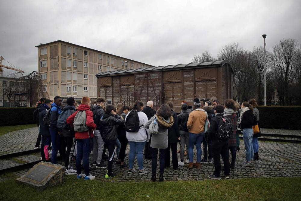 Los estudiantes asisten a un taller dedicado al recuerdo del Holocausto en el memorial Drancy Shoah, en las afueras de París, el 30 de enero de 2020. ( Foto: AP )