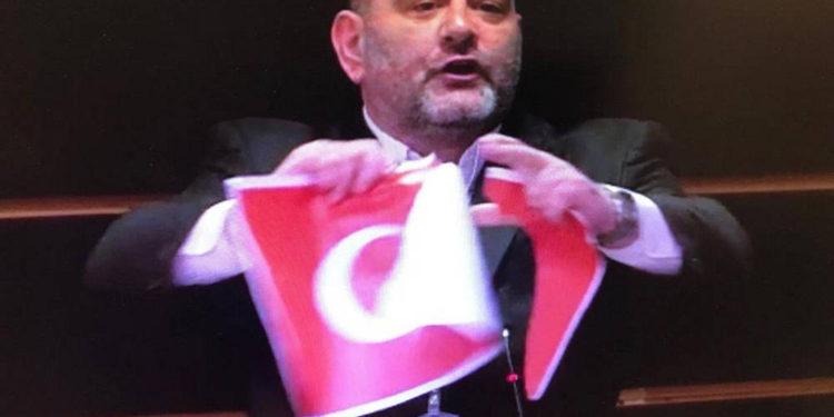 Unión Europea reprende a diputado de Grecia que rompió la bandera de Turquía