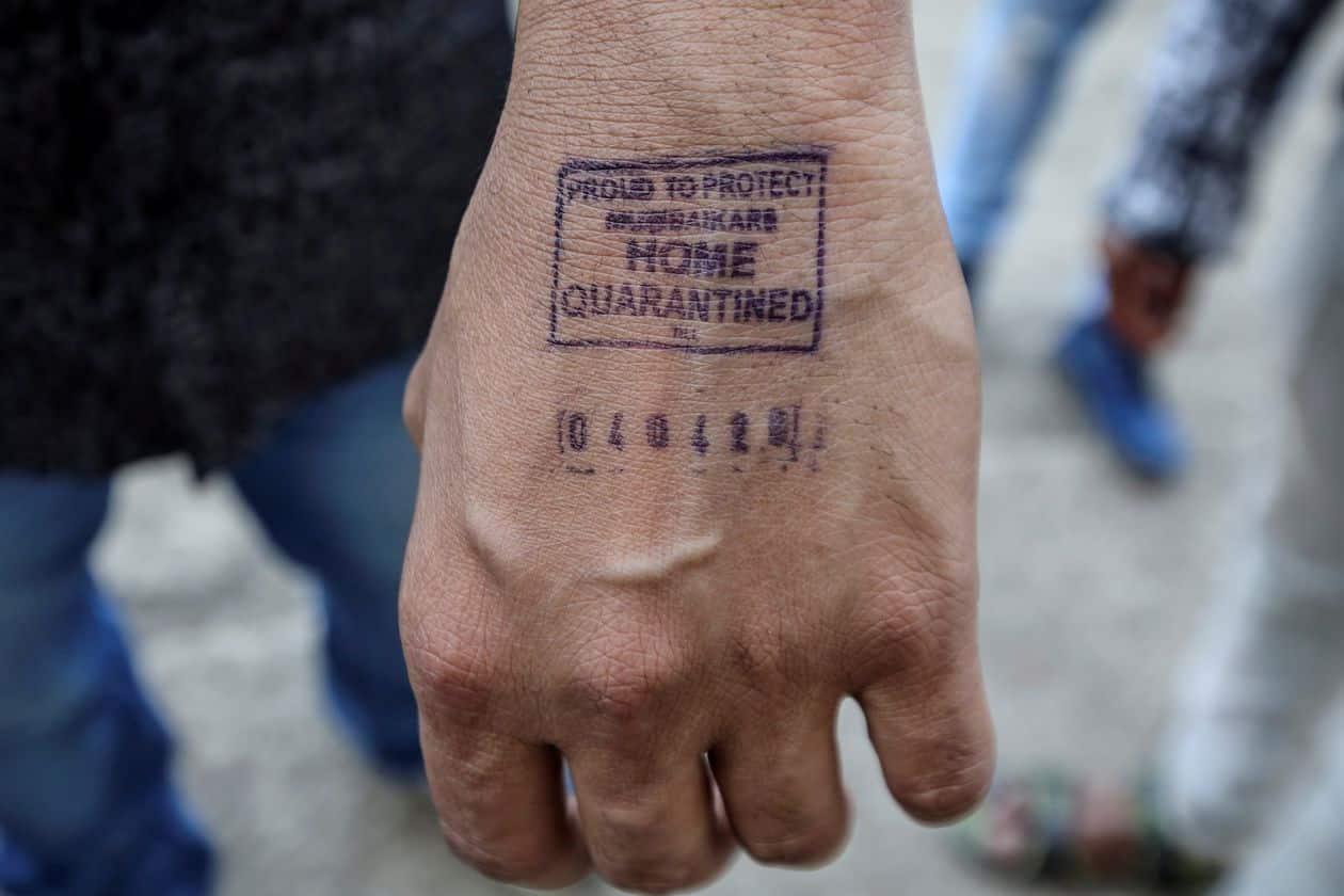 Un sello en la mano: India busca soluciones de baja tecnología para combatir al Coronavirus
