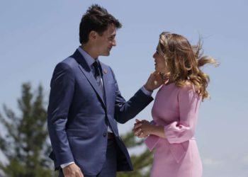 PM de Canadá Trudeau en cuarentena después de que su esposa diera positivo en la prueba de COVID-19