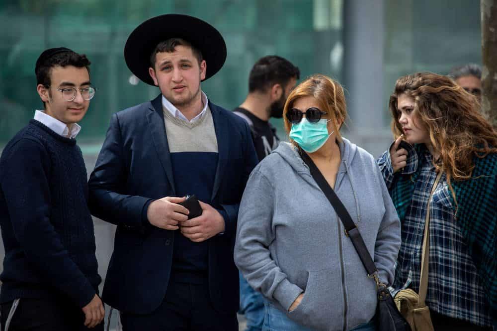 Una mujer con una máscara protectora en Jerusalem, el lunes 9 de marzo de 2020. Crédito: Emil Salman