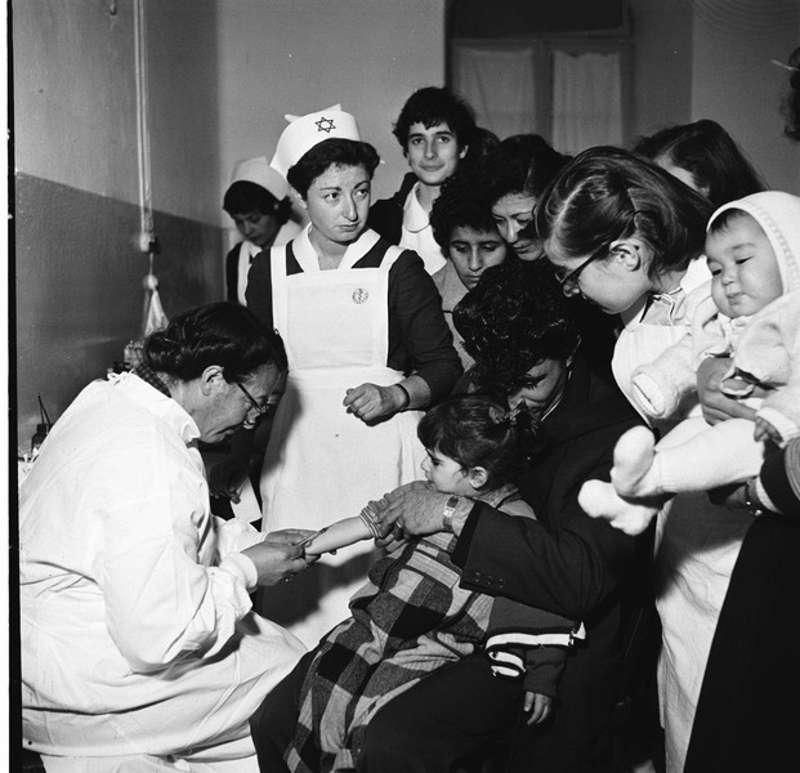 Vacunación contra la parálisis infantil en Jerusalem (Foto: Colección de fotos de Yehuda Eisenstark, Archivos estatales)