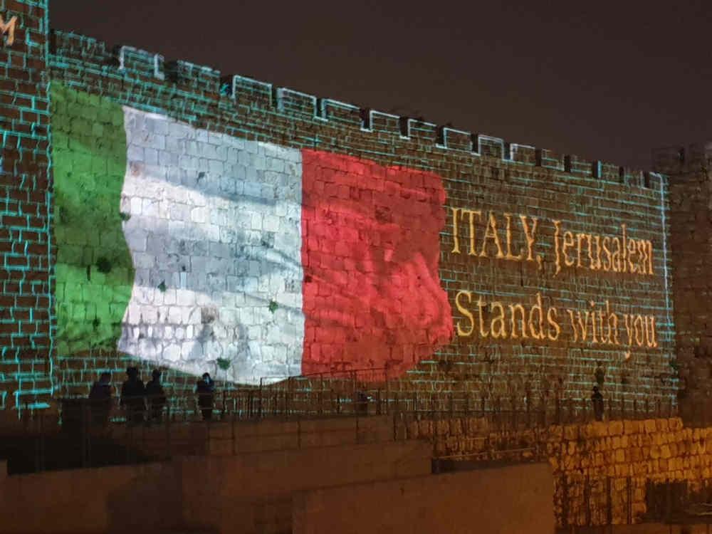 Jerusalem y Tel Aviv se iluminan con banderas italianas en solidaridad con víctimas del coronavirus