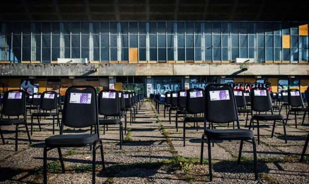 Sillas con dinero falso colocadas sobre el antiguo cementerio judío de Lituania