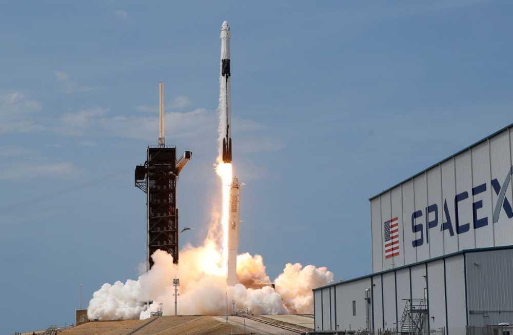 Capsula del SpaceX Crew Dragon se acopla con éxito a la Estación Espacial Internacional