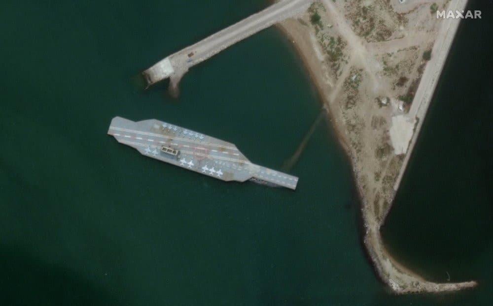 Irán construye falso portaaviones para simular ejercicios navales contra EE.UU.