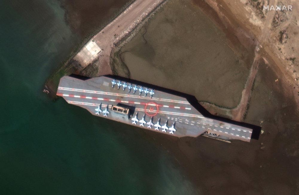 Irán dispara misil contra réplica de portaviones de EE.UU. en el Estrecho de Ormuz