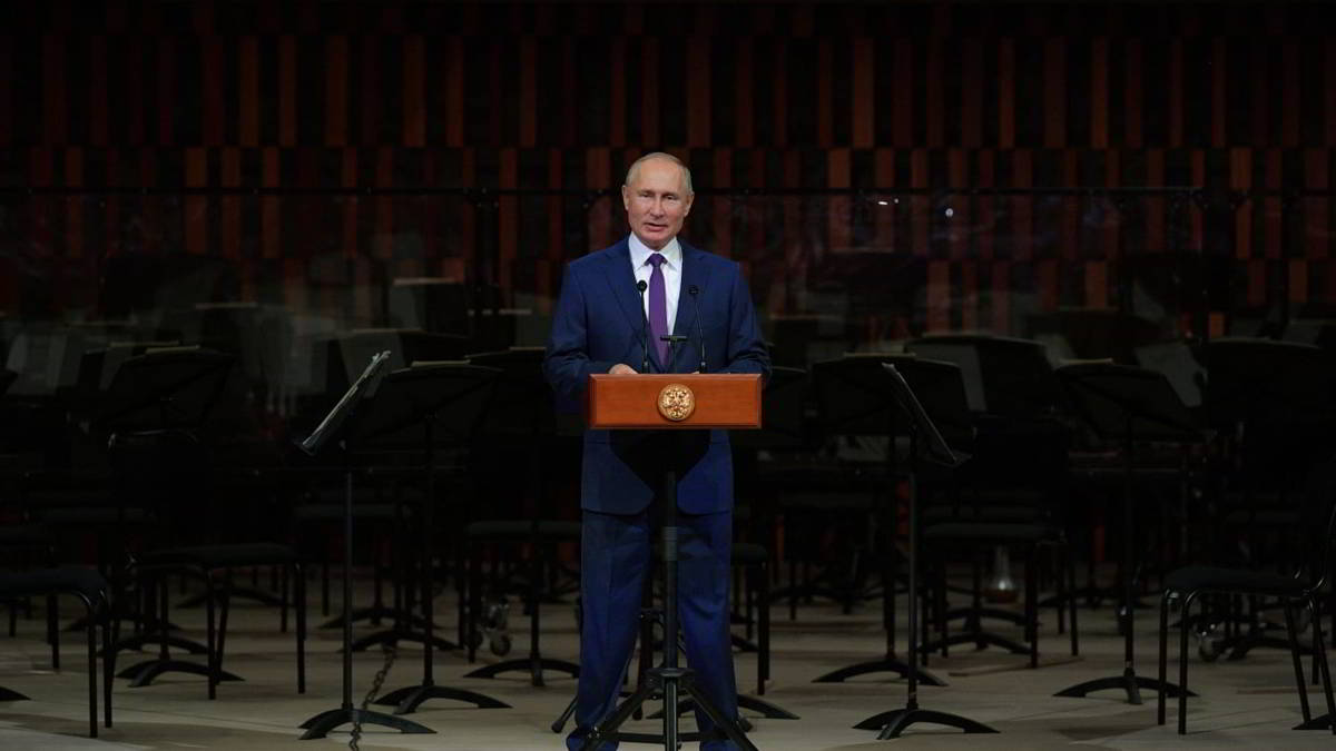 Putin de pie