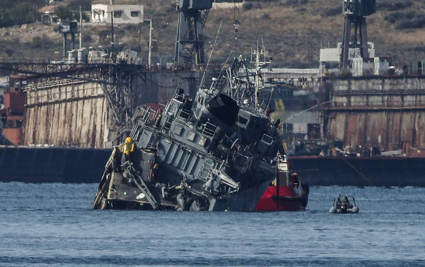 Buque de guerra de Grecia choca con un carguero