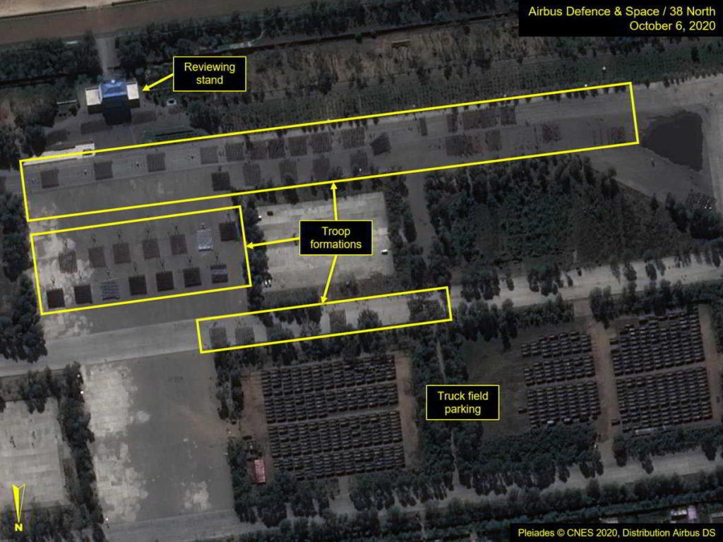 Corea del Norte muestra nuevos misiles en gigante desfile militar