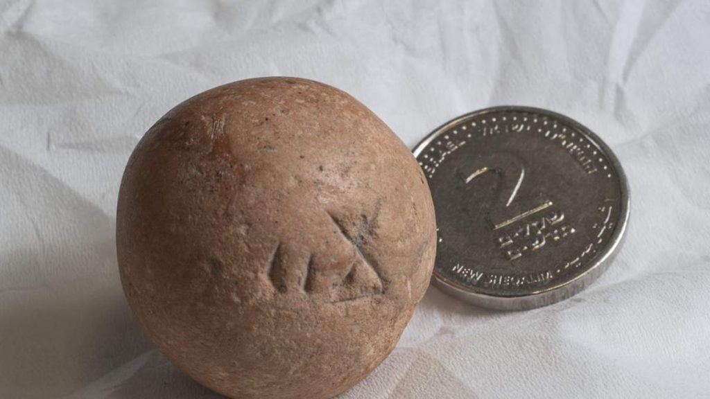 Antiguo peso de dos shekel descubierto cerca del Muro Occidental