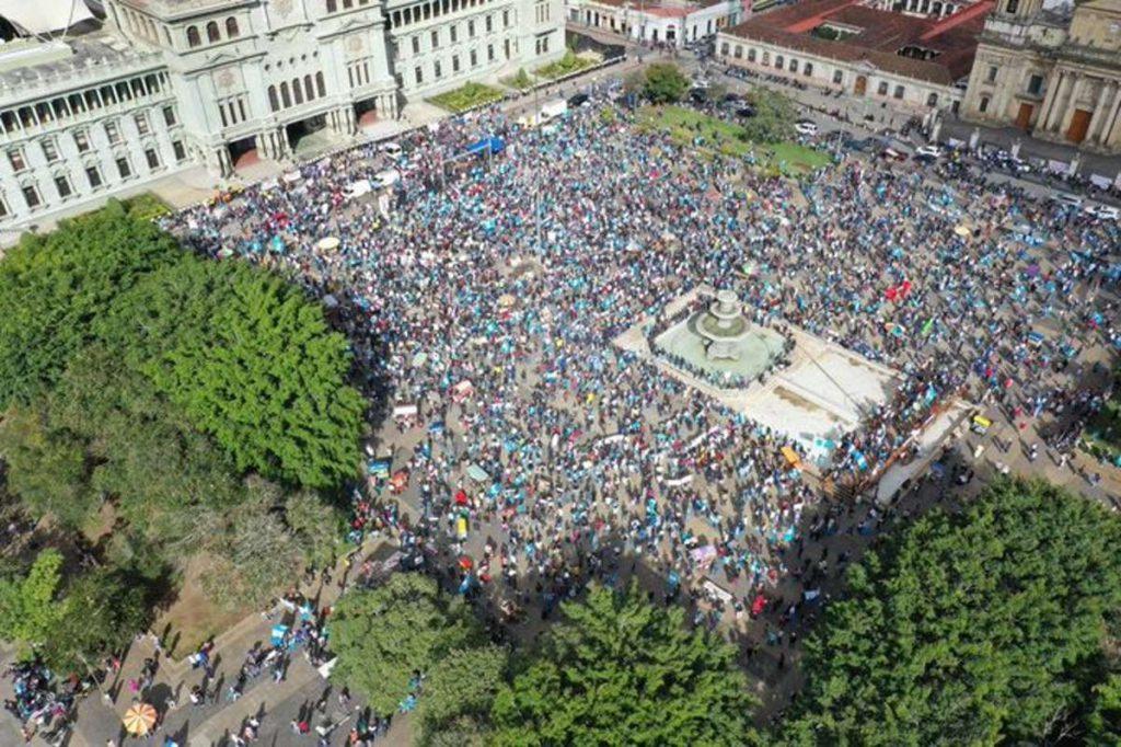 Manifestantes incendian edificio del Congreso de Guatemala