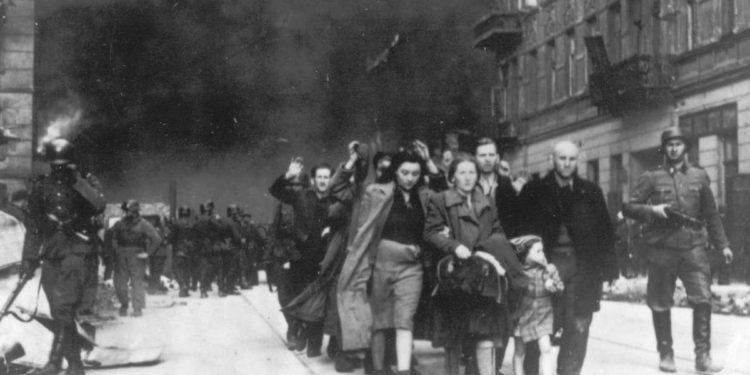 Historiadores del Holocausto enfrentan veredicto en juicio por difamación en Polonia