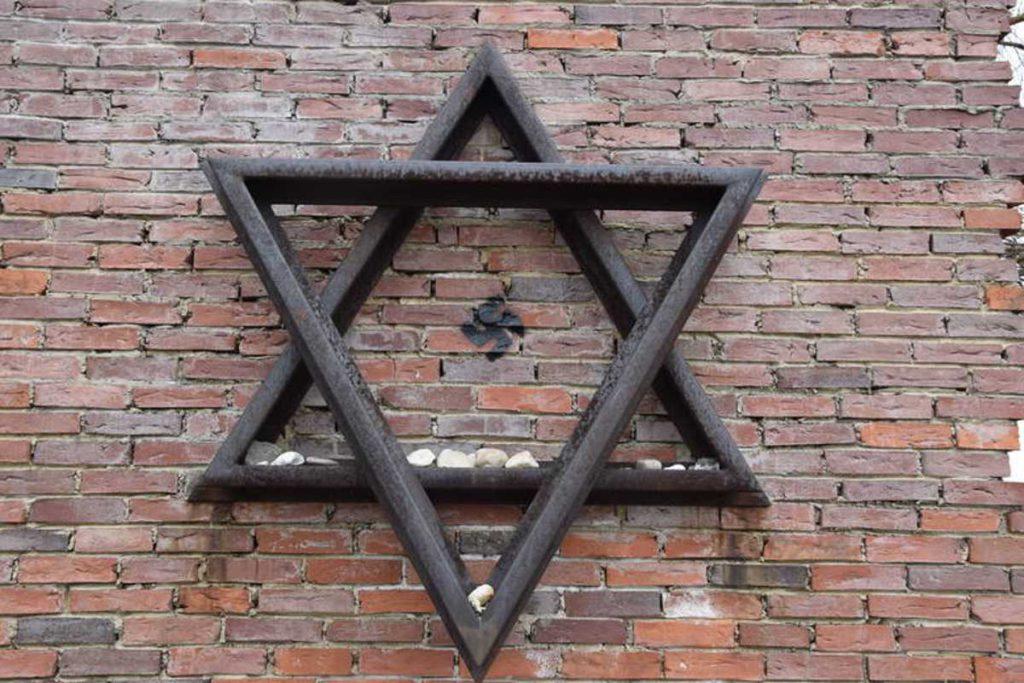Monumento a víctimas del Holocausto vandalizado con esvásticas en Polonia