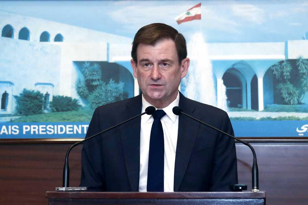 El subsecretario de Estado para Asuntos Políticos de Estados Unidos, David Hale, habla tras reunirse con el presidente libanés Michel Aoun, en el palacio presidencial, en Baabda, al este de Beirut, Líbano, el 15 de abril de 2021. (Dalati Nohra/Gobierno oficial libanés vía AP)