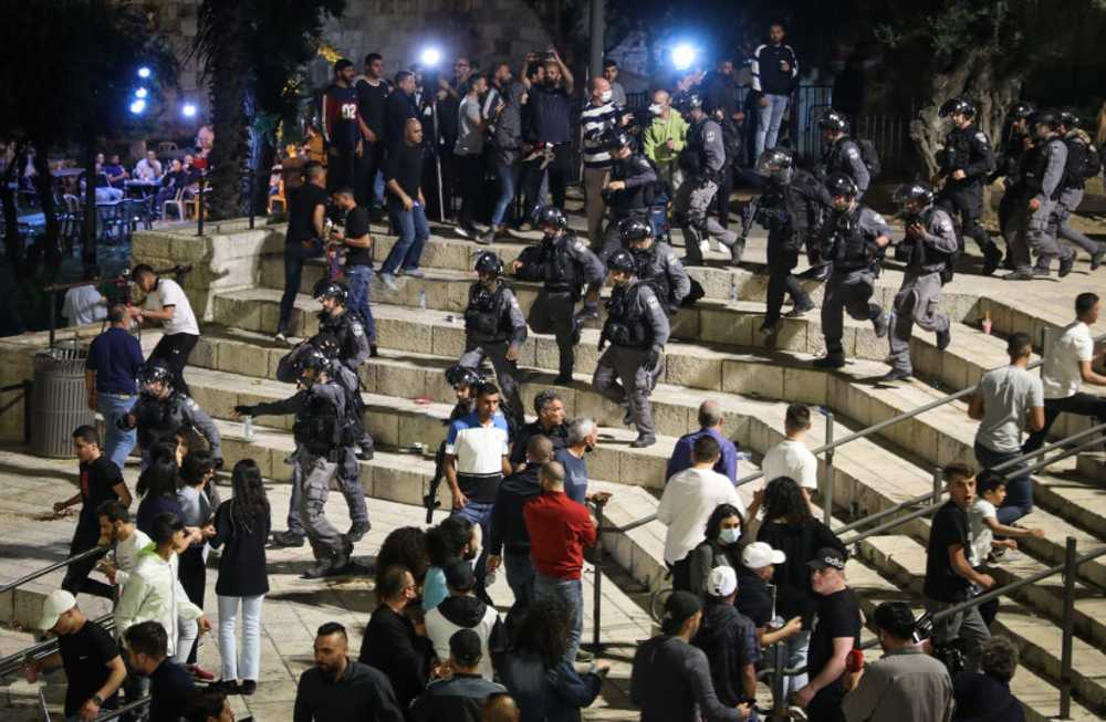 Árabes atacan a la policía tras la retirada de barricadas en Jerusalén