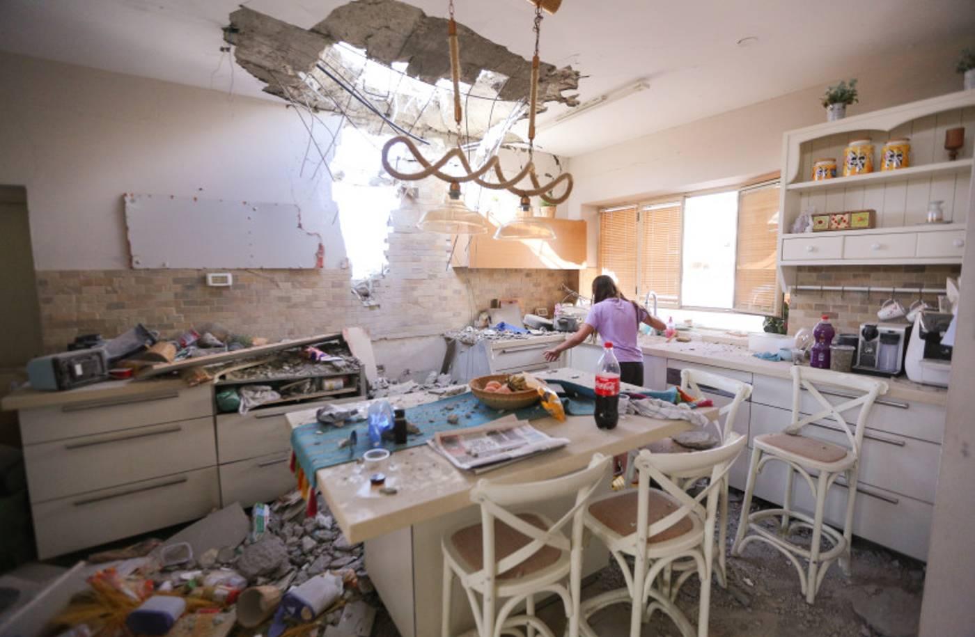 Sinagoga y casas dañadas por cohetes de Hamás sobre Ashdod y Ashkelon