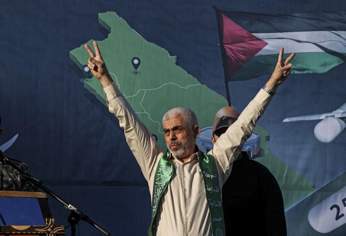 Yahya Sinwar, líder de Hamás en Gaza, gesticula en el escenario durante un mitin en la ciudad de Gaza el 24 de mayo de 2021 (MAHMUD HAMS / AFP)