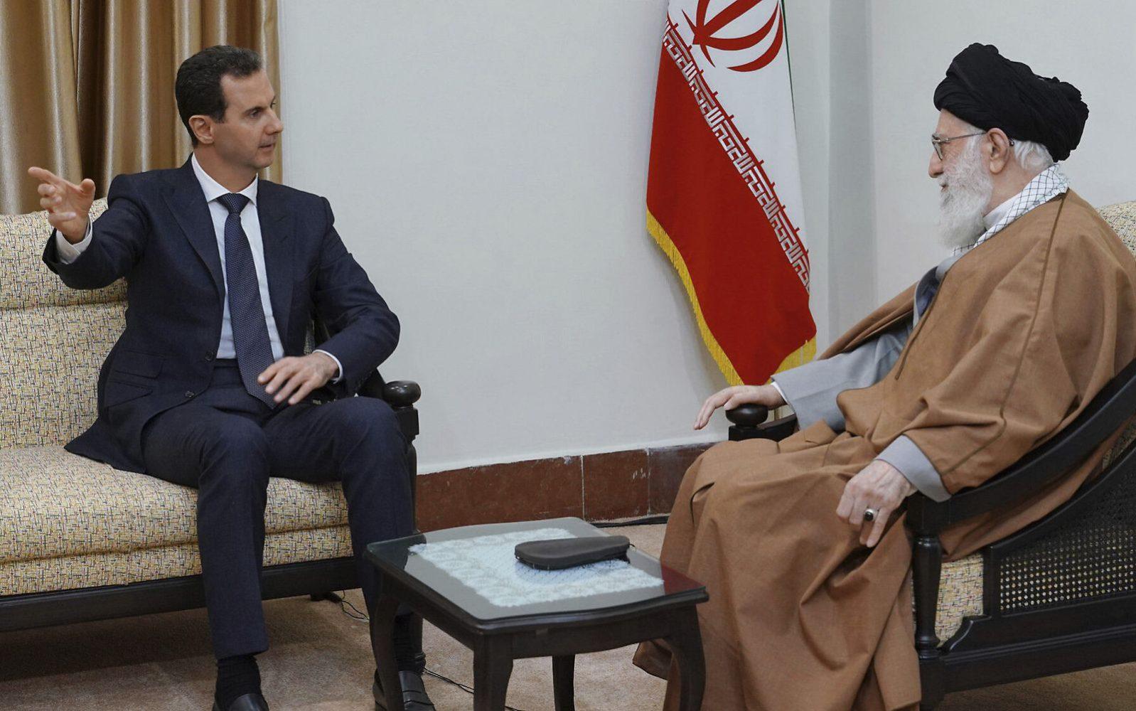En esta foto publicada por la agencia oficial de noticias siria SANA, el presidente sirio Bashar Assad, a la izquierda, habla con el líder supremo iraní, el ayatolá Ali Khamenei, antes de su reunión en Teherán, Siria, el 25 de febrero de 2019. (SANA vía AP)