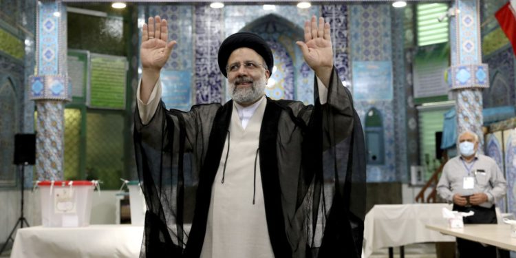 Israel: La UE legitima el terrorismo iraní al enviar un diplomático a la toma de mando de Raisi