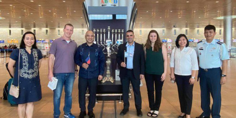 Equipo de salud israelí llega a Filipinas para ayudar en la vacunación contra el COVID