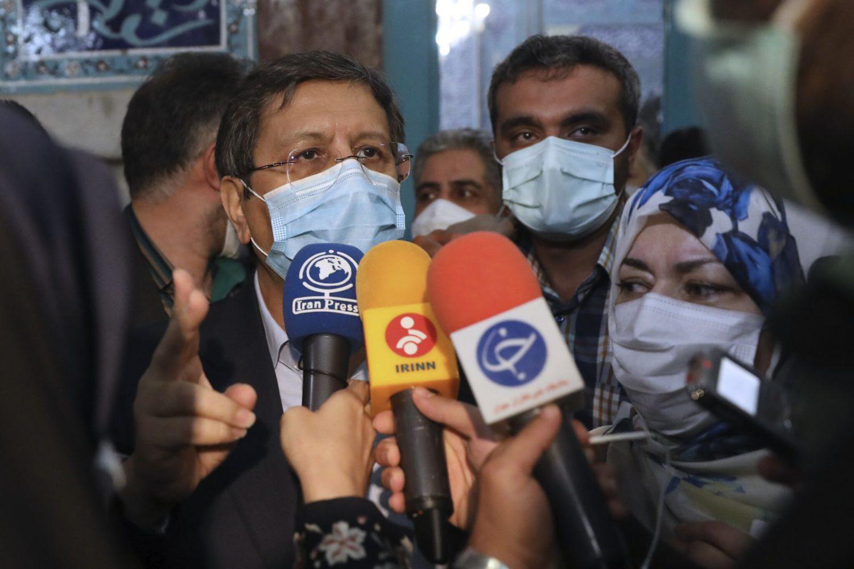 El candidato a las elecciones presidenciales Abdolnasser Hemmati, ex jefe del Banco Central, habla con los medios de comunicación después de votar en un colegio electoral en Teherán, Irán, el 18 de junio de 2021 (AP Photo/Vahid Salemi)