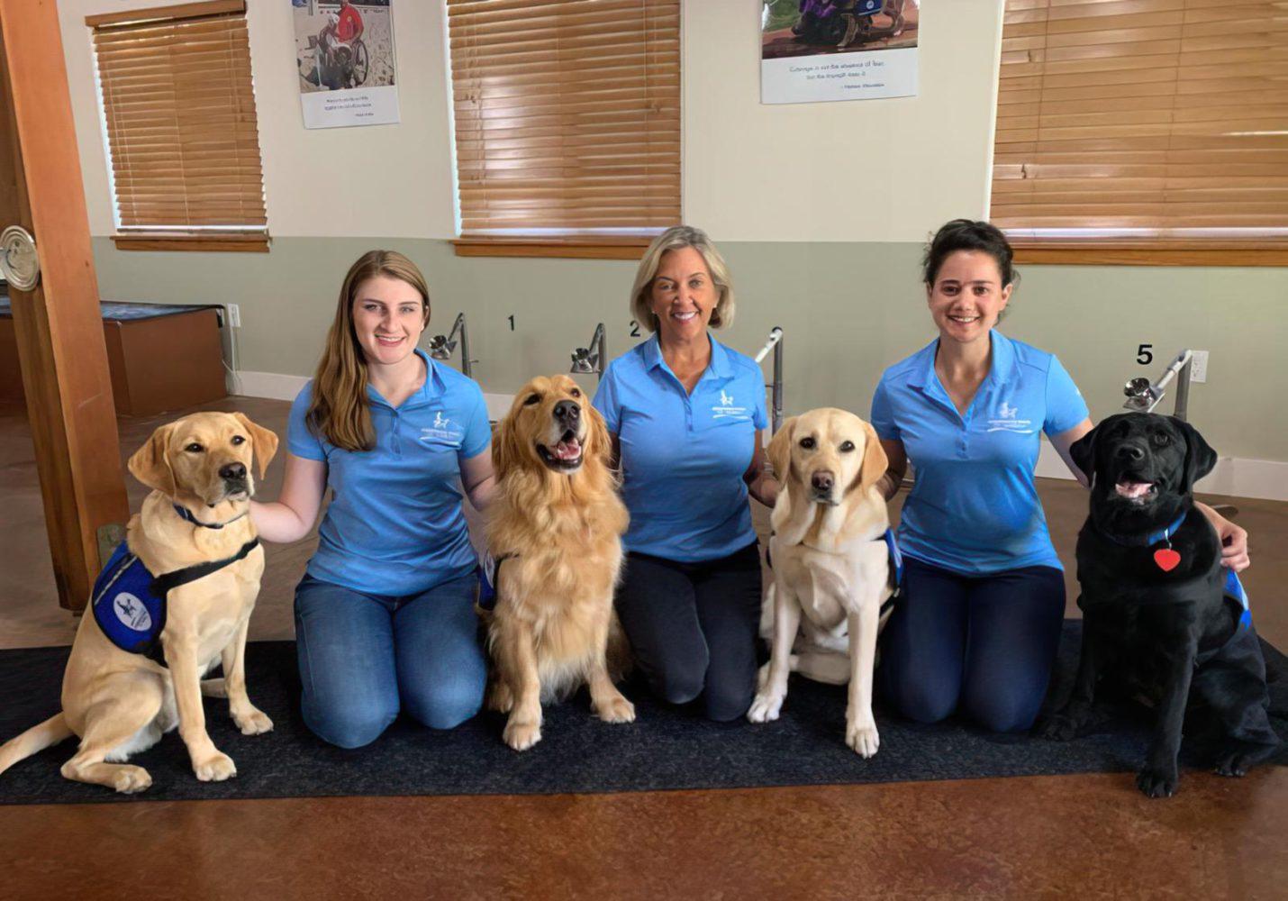 La voluntaria israelí Sarit Brinn (izquierda) con la directora ejecutiva de Assistance Dogs of Hawaii, Maureen Maurer, y otra voluntaria de ADH con un equipo de perros que se entrenan para olfatear el COVID. (Cortesía)